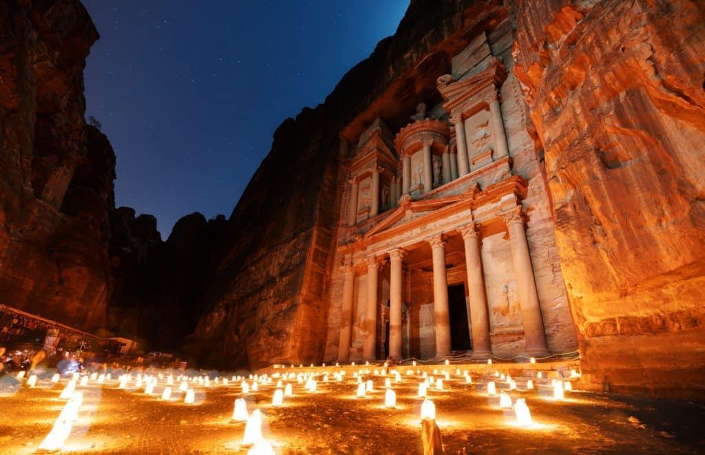Великолепный ночной вид на древний город Петра.