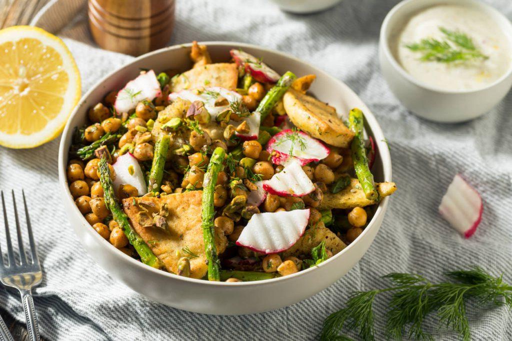 Фаттуш, знаменитый салат западноазиатской и иорданской кухни.