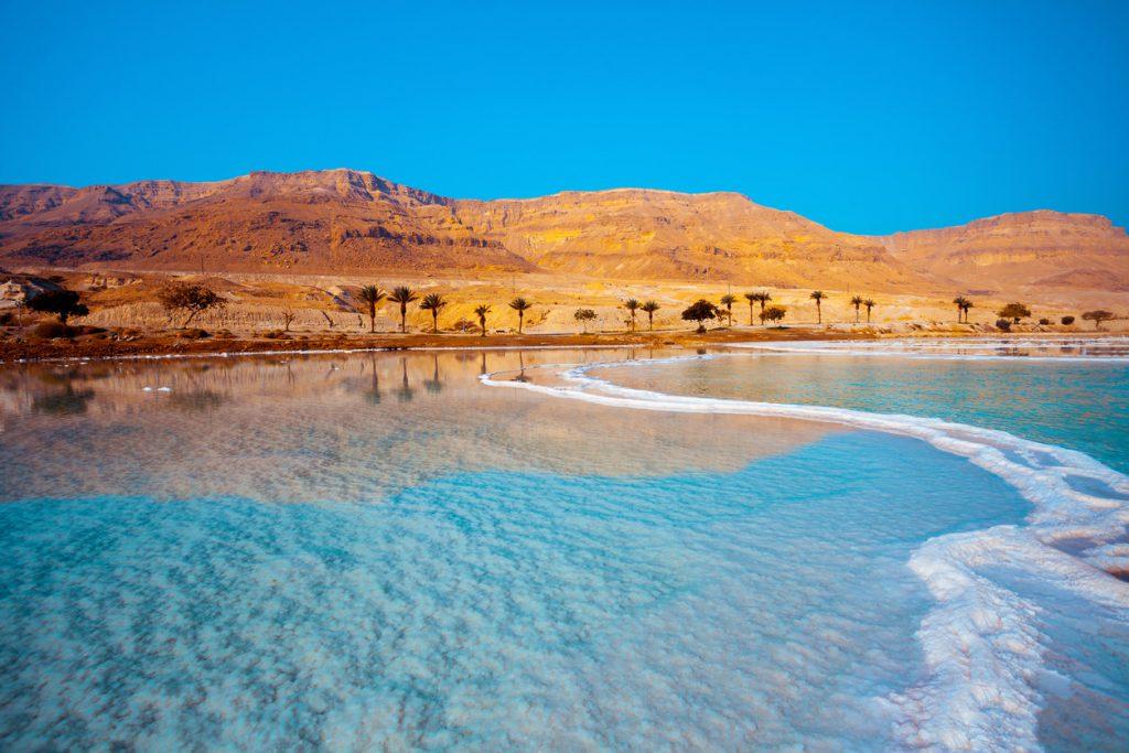 Мертвое море, где невозможно утонуть из-за сильной солености воды.